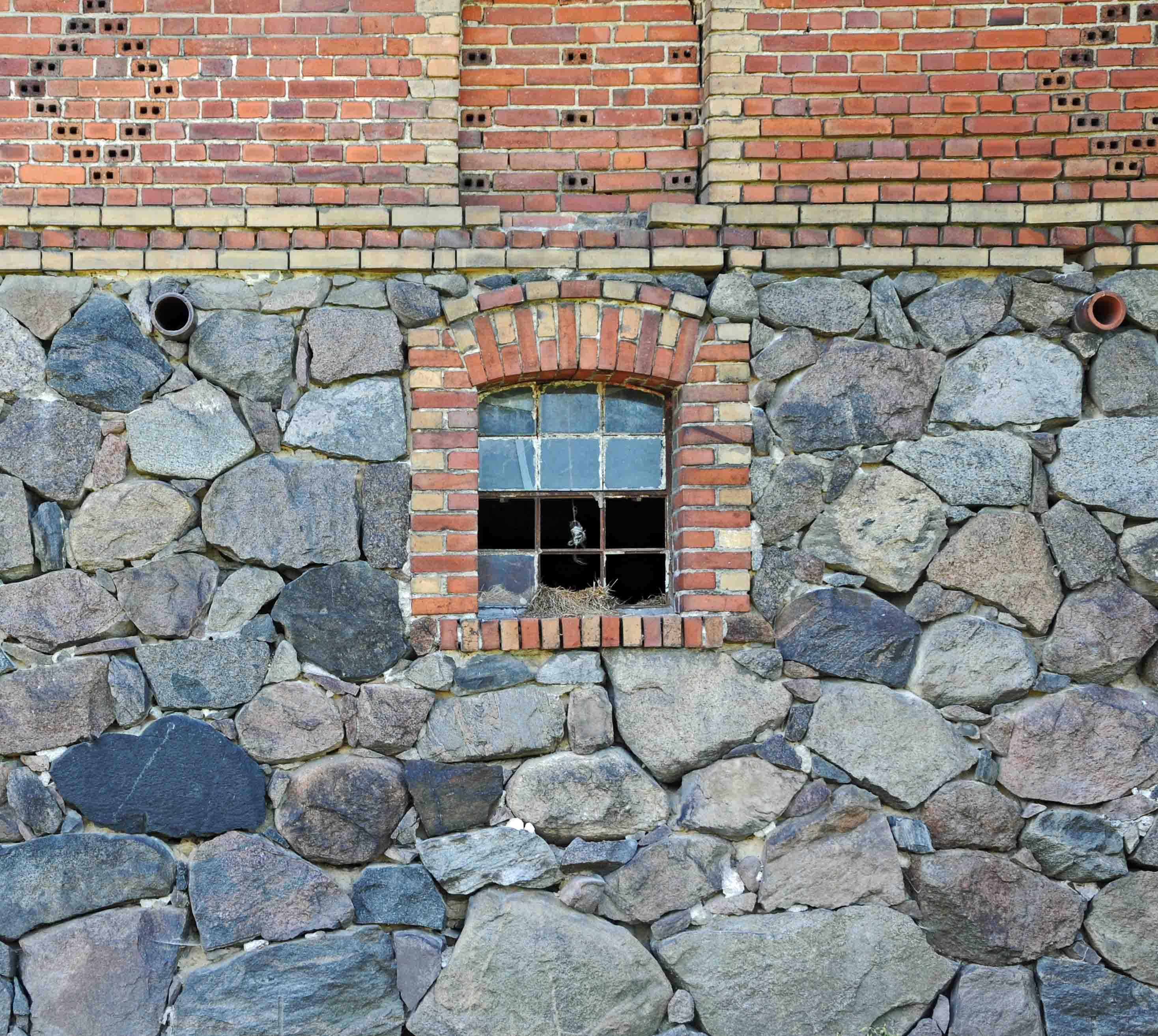mur z cegły i kamienia