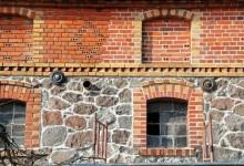 Stary folwark – oczyszczenie i fugowanie muru z cegły i kamienia